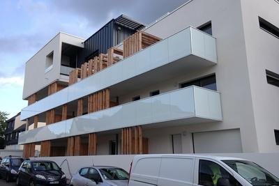 Garde-corps alu avec vitrages en laqué blanc et acier, clôture, auvents, balcons